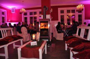 Piec kominkowy w restauracji Xeoos