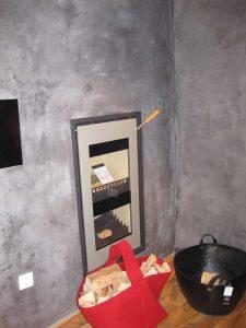 Kominek dwukomorowy na drewno w salonie Xeoos